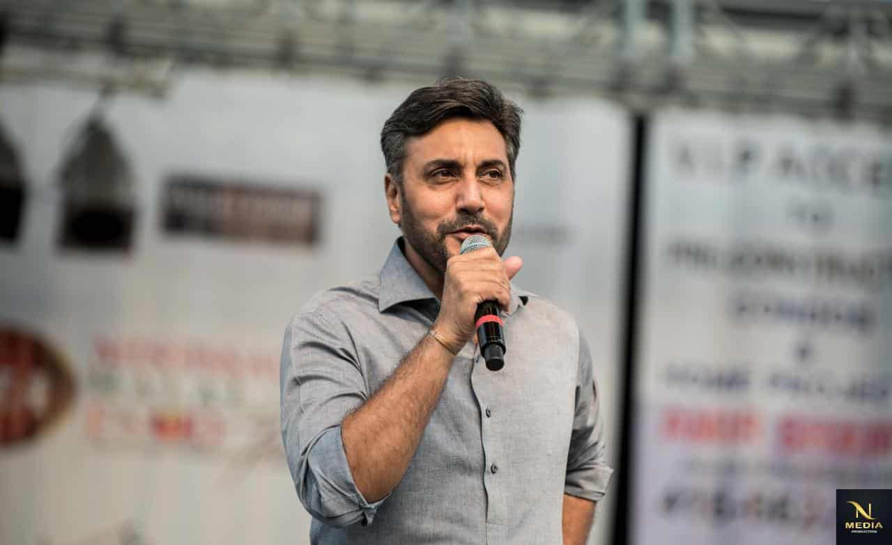 Adnan Siddiqui Talking to the Crowd